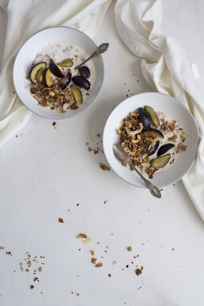 Grain-Free Paleo Granola full of Nuts by HealthyLaura paleo recipes. Healthy Laura @healthylauracom almond granola with coconut chips. Crispy paleo honey granola recipe that is dairy free and easy quick breakfast or brunch for intuitive eating. #paleobreakfast #almondhoneygranola #paleogranola