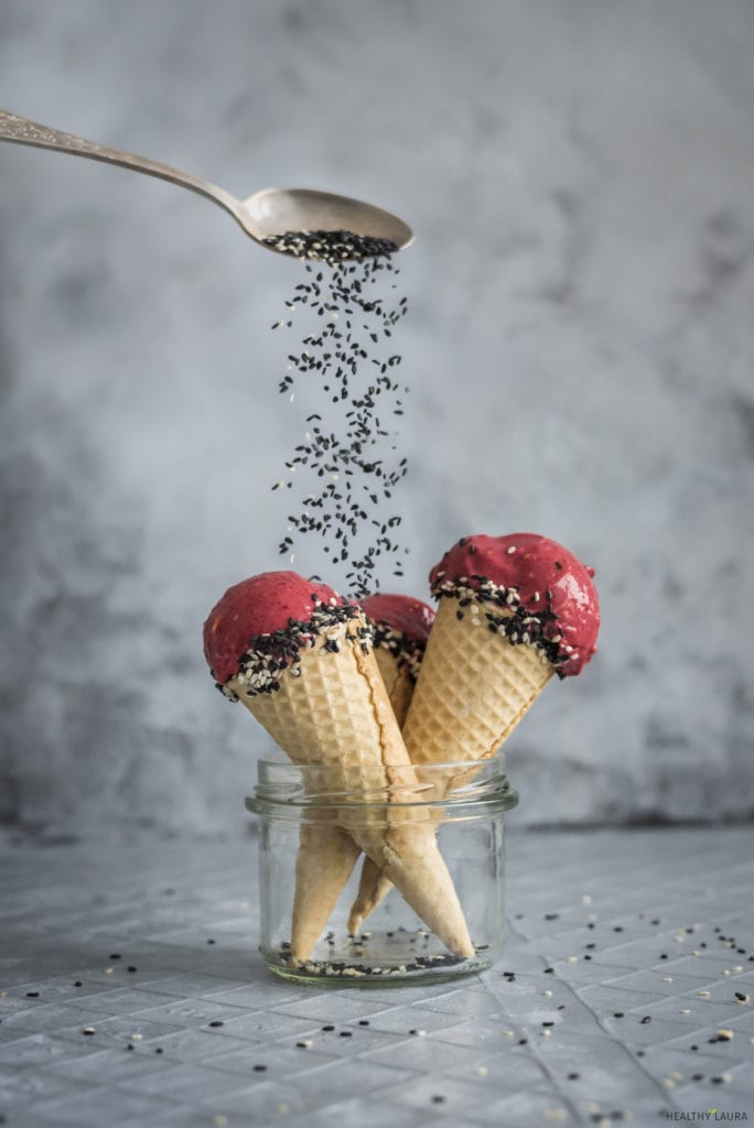 Nice cream by Healthy Laura food photography & styling. MY 50 mm /1.6 nifty fifty lens for food blog & food blogging. #foodphotography #foodstyling #foodcomposition #foodblogging #foodblogtips